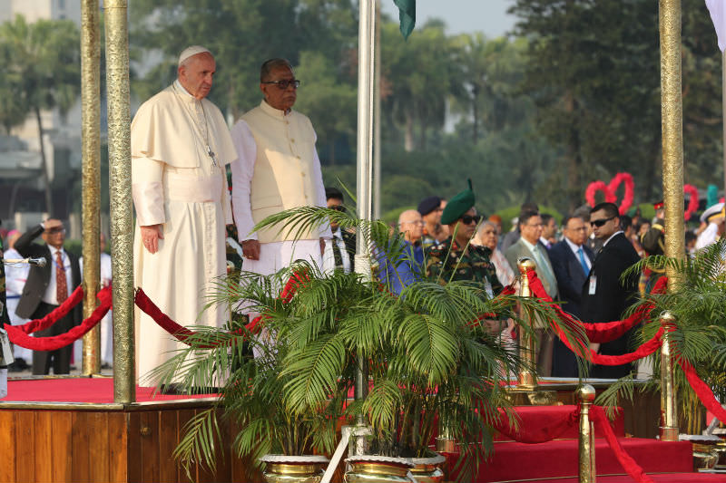 Pope Francis with Bangladesh President Abdul Hamid upon his arrival in Dhaka on Nov. 30. (Photo by Joe Torres/ucanews.com)