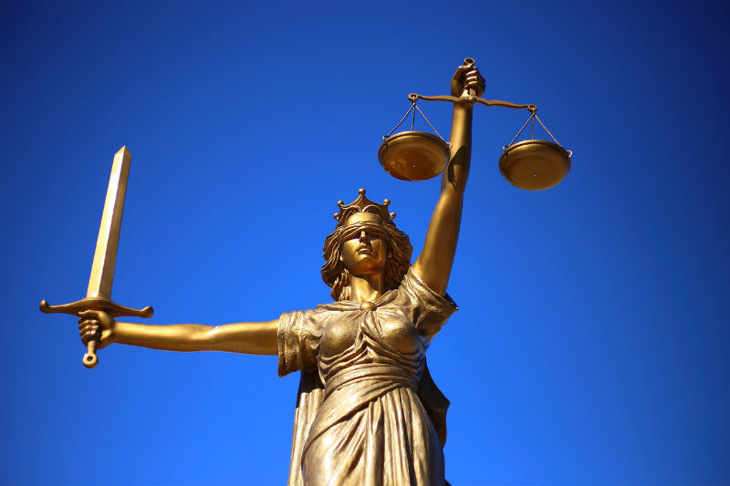Statue of blindfolded Lady Justice holding scales and a sword (William Cho/Pixabay)