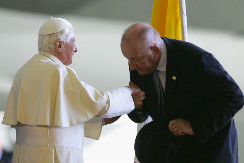 Former Australian deputy prime minister Tim Fischer kisses the hand of Pope Benedict XVI following his appointment as Australia's first resident ambassador to the Vatican in 2008. (Photo by Sergio Dionisio/Getty Images)
