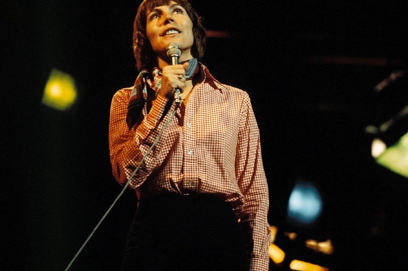Archival photo of Helen Reddy singing (David Redfern/Getty Images)
