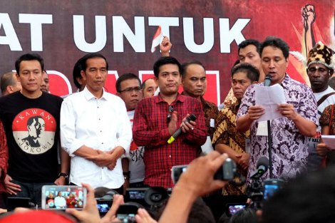 Jokowi meets his volunteers at Proclamation Monument in Jakarta