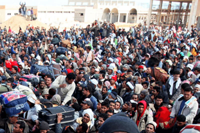 Thousands of migrant workers, mainly from Egypt and Tunisia, wait to cross into Tunisia from Libya. UNHCR/A Duclos