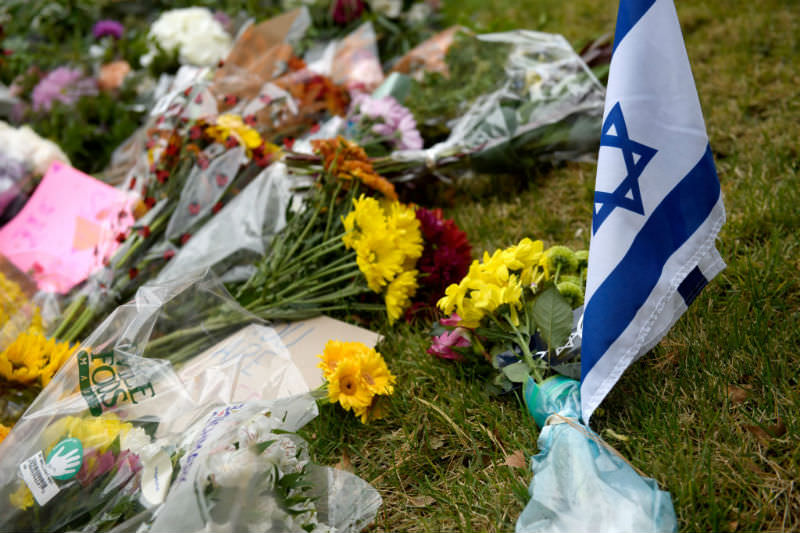 Flowers and an Israeli flag sit at a makeshift memorial down the street from the site of the mass shooting that killed 11 people and wounded six at the Tree Of Life Synagogue on 28 October 2018 in Pittsburgh, Pennsylvania. (Jeff Swensen/Getty Images)