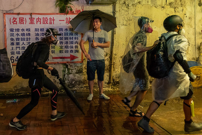 Protesters retreat after they to break the windows of Mahjong house in Tsuen Wan on 25 August 2019 in Hong Kong. (Photo by Billy H.C. Kwok/Getty Images)