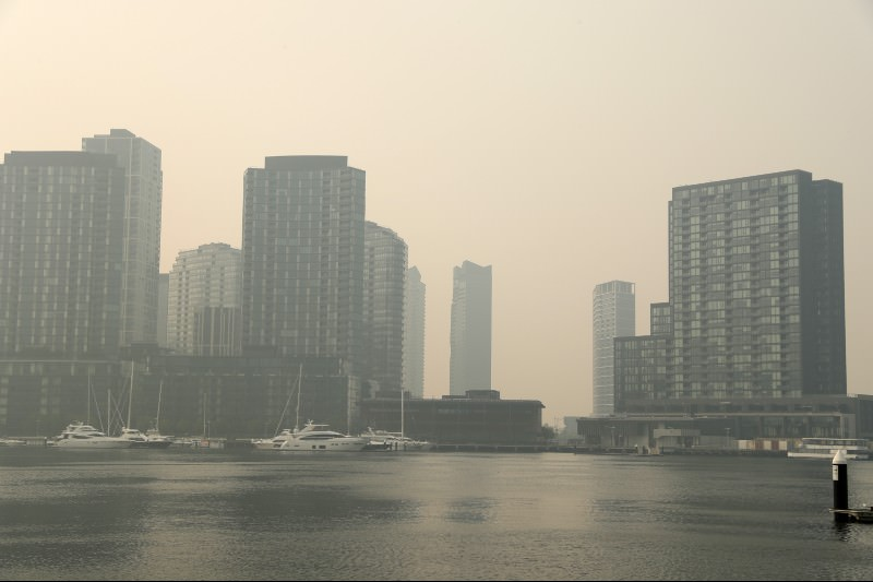 Smoke from bushfires covers Melbourne's Docklands precinct on 15 January 2020. (Photo by Robert Cianflone/Getty Images)